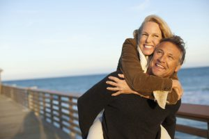 Eine gesunde und ausgewogene Lebensweise mit Bewegung an der frischen Luft kann den Alterungsprozess verlangsamen. Foto: djd/pilzshop.de/Corbis