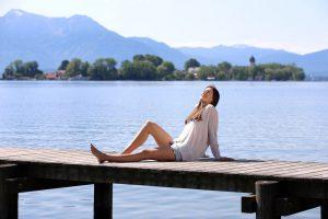 Wohlfühl-Urlaub zwischen Bergen und Wasser in der Gesundheitsregion Chiemsee-Alpenland. Foto: djd/Chiemsee-Alpenland Tourismus