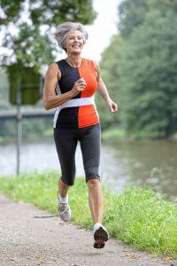 Jogger können praktisch überall trainieren. In schöner Natur macht es besonders viel Spaß. Foto: djd/Traumeel/thx