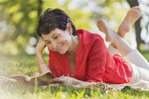 Mit einer individuell abgestimmten und möglichst niedrig dosierten Hormontherapie können Frauen in den Wechseljahren entspannt bleiben. Foto: djd/Gynokadin/Corbis