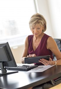 Viele Frauen suchen etwa im Internet nach Mitteln gegen Hitzewallungen und Co. Dabei ist ein Gynäkologe der bessere Ansprechpartner. Foto: djd/Gynokadin/thx