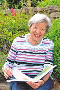 Bei einer Immobilien-Leibrente verkaufen Senioren ihr eigenes Heim, bleiben aber dort wohnen. Sie erhalten eine monatliche Rente und genießen ein lebenslanges Wohnrecht. Foto: djd/Deutsche Leibrenten/GordonGrand