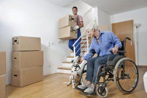 Oft gibt auch ein vorübergehendes Handicap den Anstoß, sich für eine andere, besser passende Wohnform zu entscheiden. Foto: djd/Nürnberger Versicherungsgruppe/Corbis