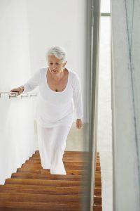 Alltagssituationen wie das Treppensteigen können Schwindelpatienten oftmals Angst machen. Häufig trauen sie sich auch kaum noch aus dem Haus. Foto: djd/Vertigoheel/Getty