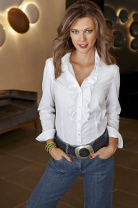 Mit einer weißen Bluse ist man bei jedem Anlass gut angezogen. Sie passt zur Jeans genauso gut wie zum Kostüm. Foto: djd/Baur