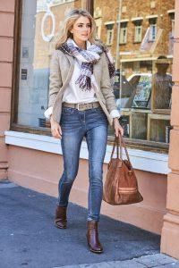 Eine schlichte weiße Bluse bringt Accessoires wie einen schönen Schal besonders gut zur Geltung. Foto: djd/Baur