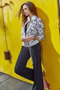Der coole Blouson macht den Overall zur Streetwear. Foto: djd/Baur
