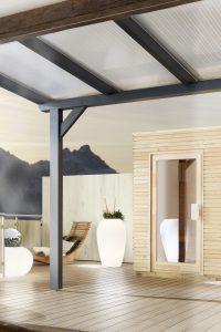 Die Terrassenüberdachung erweitert den Innenraum ins Freie und bietet Schutz und Sicherheit bei allen denkbaren Witterungsverhältnissen. Foto: djd/Wilkes GmbH
