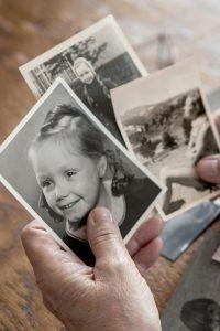 Fotos sind wichtige Erinnerungsschätze - aber zugleich auch stumme Zeitzeugen. Erst mit persönlichen Erzählungen werden sie lebendig. Foto: djd/www.kathrin-truhart.de/Kathrin Truhart